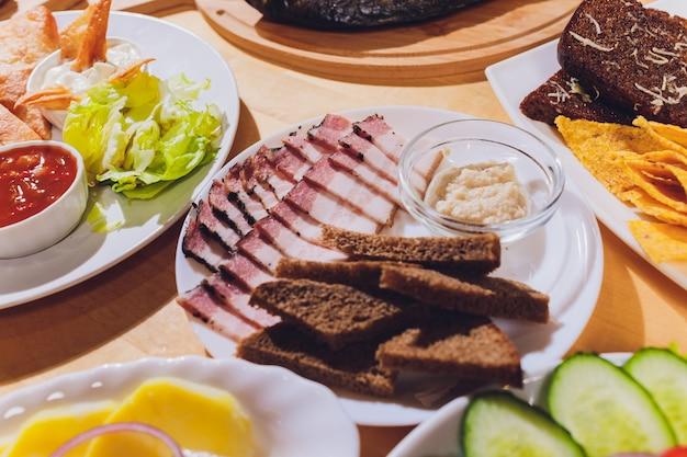 Lard de porc en tranches. bacon en tranches. gras, suif, graisse, bacon. sur la table
