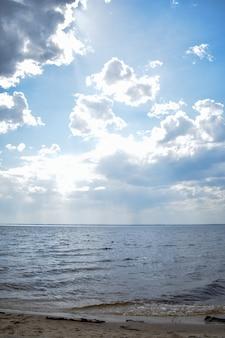 Large rivière et ciel bleu