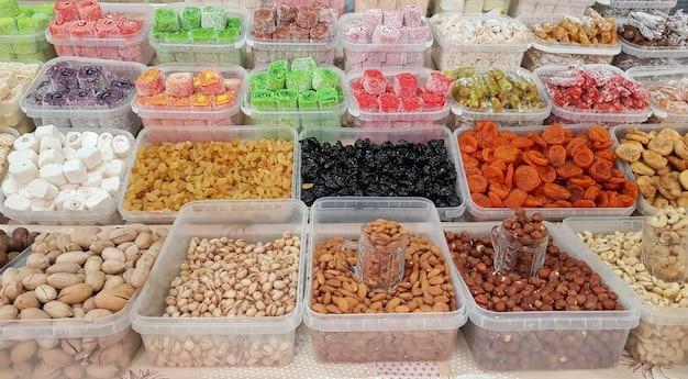 Une large sélection de bonbons orientaux exotiques, y compris le baklava au caramel et aux noix le bazar oriental