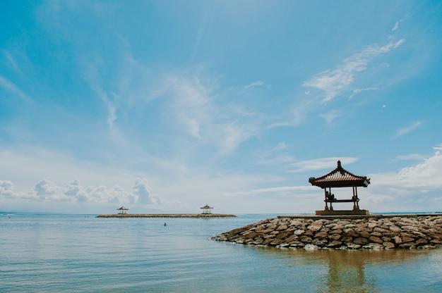 Large vue sur la plage de sanur à bali, une des plages tropicales