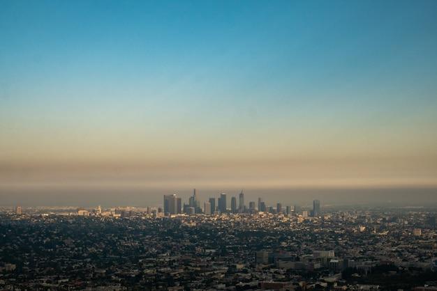 Large vue sur la ville de los angeles avec ciel pollué.