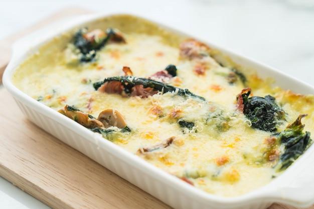 Lasagne aux épinards en assiette blanche