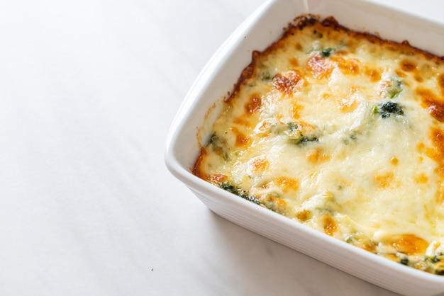 Lasagne aux épinards cuit au four avec du fromage dans une assiette blanche