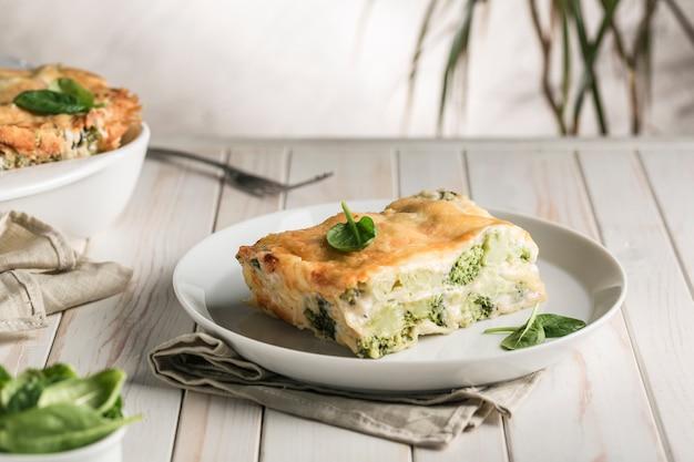 Lasagne italienne aux épinards et brocoli sur plaque blanche