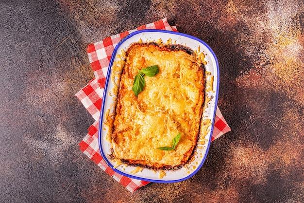 Lasagne italienne traditionnelle aux légumes, viande hachée et fromage, vue de dessus, copiez l'espace.