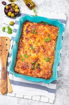Lasagne plat traditionnel italien avec saucisse de tomate, boeuf et parmesan