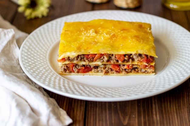 Lasagne sur une surface en bois cuisine italienne
