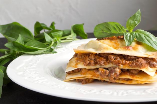 Lasagne à la viande au basilic. sur une assiette blanche