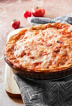 Lasagnes cuites au four dans un plat de cuisson en verre rond