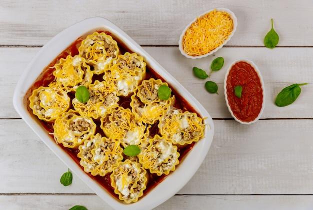 Lasagnes farcies dans une plaque à four avec sauce tomate. fermer.
