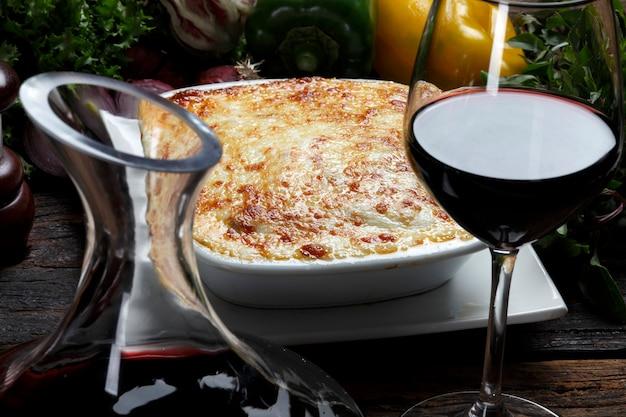 Lasagnes rôties et vin rouge
