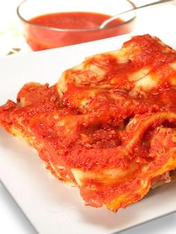Lasagnes typiques farcies pâtes italiennes farcies et cuites au four dans une sauce tomate