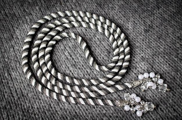 Lasso. harnais de transformateur tissé en perles avec de beaux fermoirs ou pompons aux extrémités. atelier à domicile