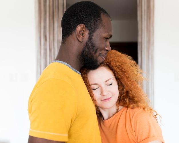 Latéral, couple, interracial, étreindre