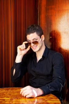 Latin bel homme avec lunettes de soleil