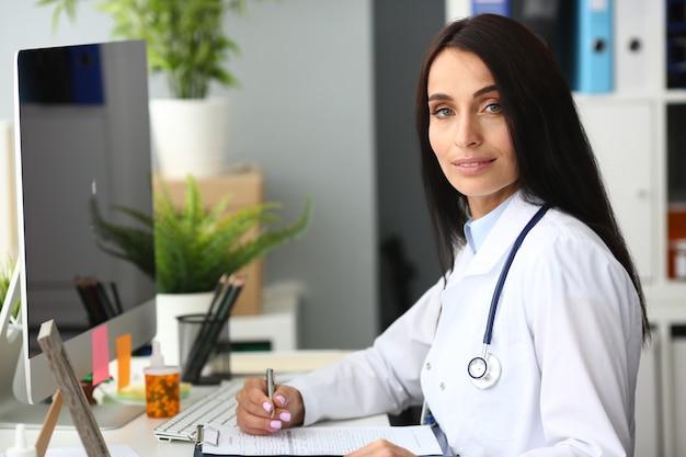 Latina femme médecin portrait hôpital aganist