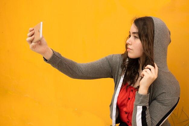 Latina teen woman prenant un selfie. concept socialmedia.