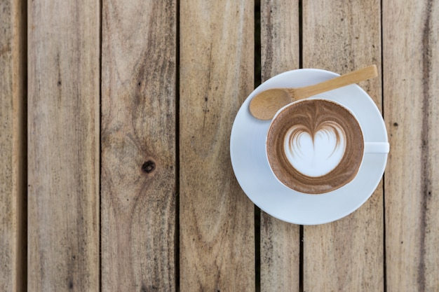 Latte art café sur table en bois