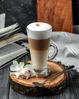 Latte au caramel sur la table