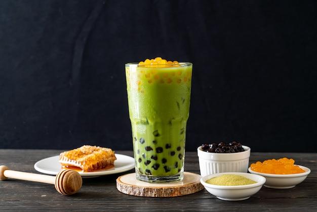 Latte au thé vert avec bulles et bulles de miel