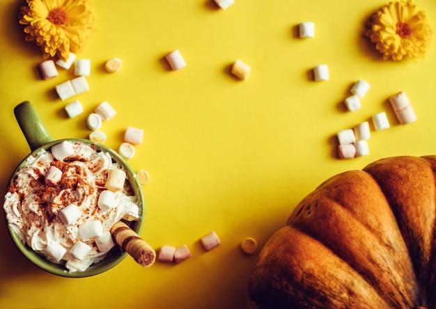 Latte d'automne à la citrouille, au lait, à la crème et à la guimauve.