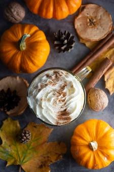 Latte d'automne épicé à la citrouille avec mousse à la cannelle et à la crème