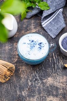 Latte bleu matcha au lait