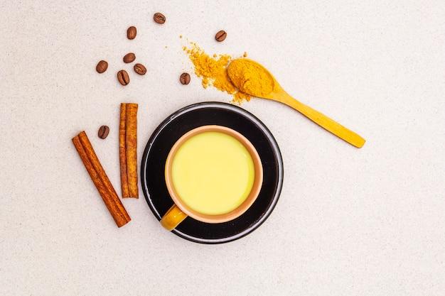 Latte de café au curcuma d'or et à la cannelle