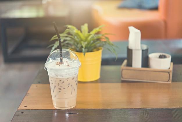 Latte café glacé sur une table en bois dans un café.