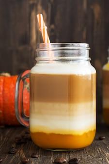 Latte de citrouille d'épices à la purée de citrouille