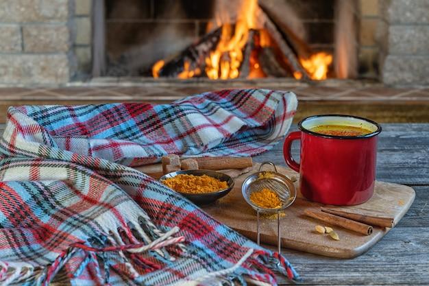 Latte doré dans une tasse rouge avec curcuma et épices