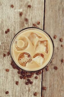 Latte glacé aux grains de café