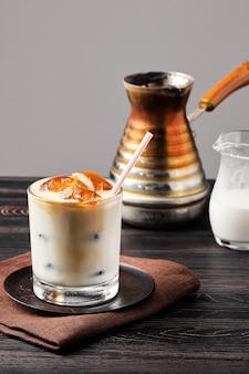 Latte glacé avec des cubes de café surgelés et de la crème sucrée