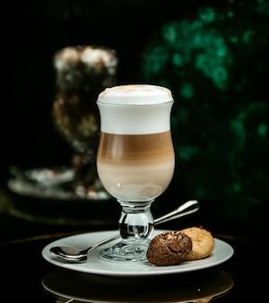 Latte lacté avec des biscuits au chocolat et à la vanille.