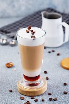 Latte macchiato avec poudre de cacao et grains de café