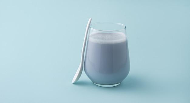 Latte matcha bleu et cuillère sur fond