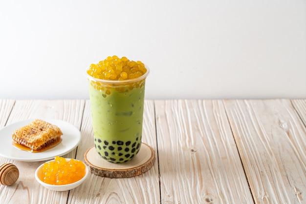 Latte de thé vert avec des bulles et des bulles de miel