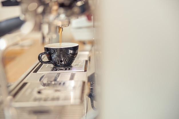 Latte avec la vapeur d'une machine à expresso au café