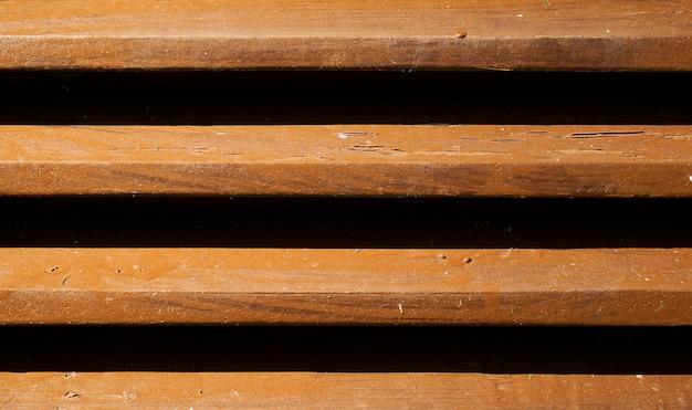 Lattes en bois avec fentes noires