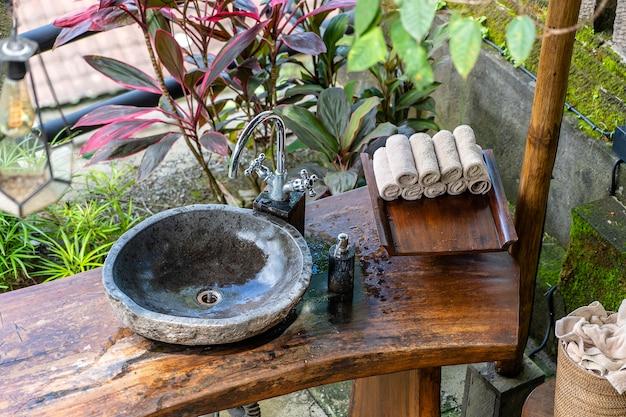 Lavabo en pierre dans la cour sur l'île tropicale de bali, indonésie. fermer