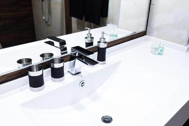 Lavabo et robinet à la maison