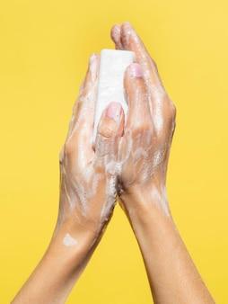 Lavage à la main avec du savon mousseux
