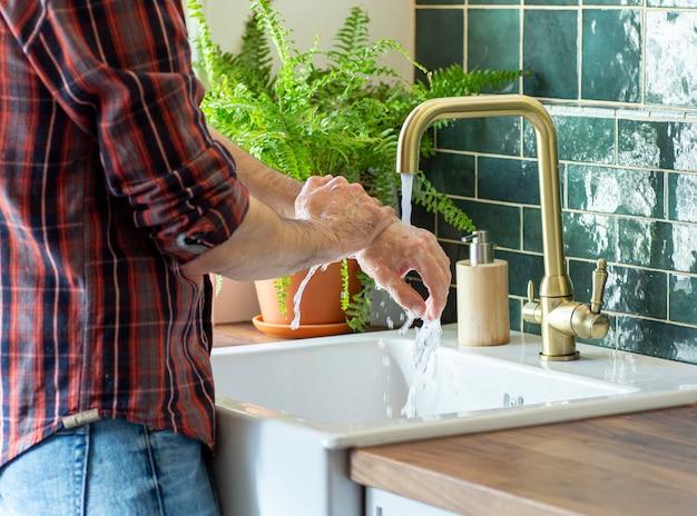 Lavage des mains pour la désinfection. hygiène pendant le coronavirus et l'épidémie du virus