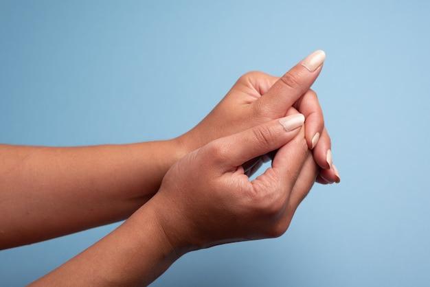 Lavage des mains à proximité étape sur bleu clair