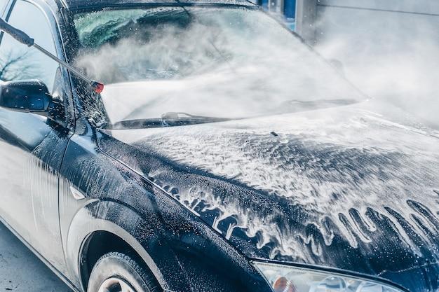 Lavage manuel de voiture, nettoyage à l'eau haute pression dans le lave-auto, concept de purification