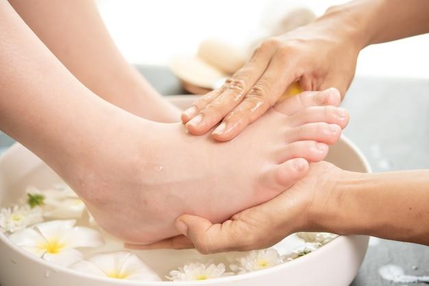 Lavage des pieds au spa avant le traitement. traitement spa et produit pour pieds féminins et spa pour les mains.