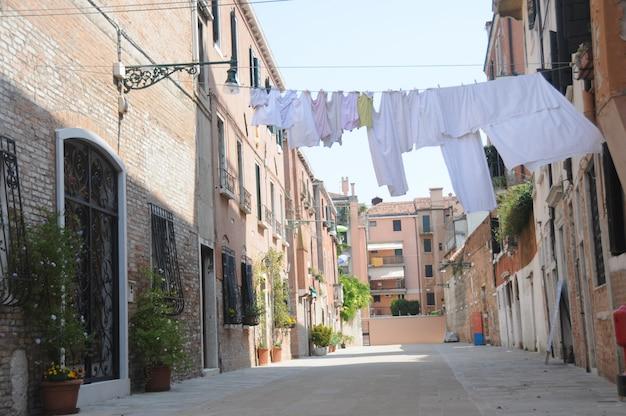Lavage suspendu dans une rue
