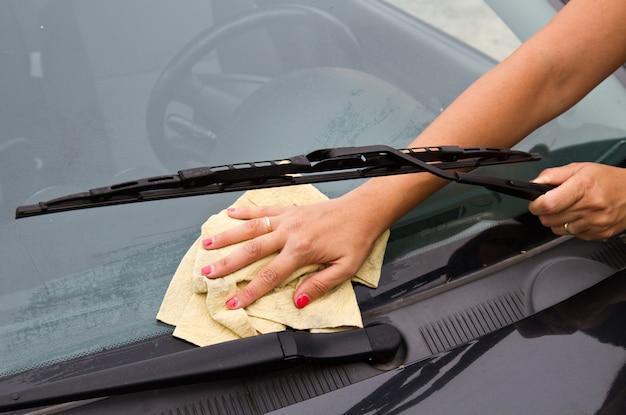 Lavage de voiture avec un chiffon et un seau