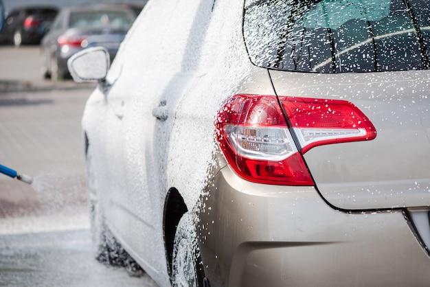 Lavage de voiture avec du savon