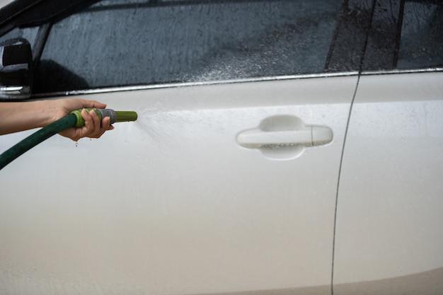 Lavage de voiture avec de l'eau pulvérisée